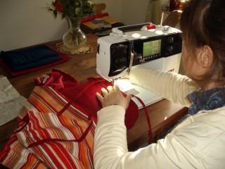 Die Kirschkernweste wird in Handarbeit gefertigt